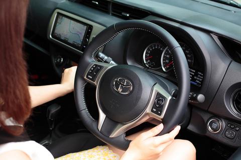 そんな美女が新型ヴィッツに乗り込んだ第一印象は、「コンパクトカーなのに、すごく静か!」