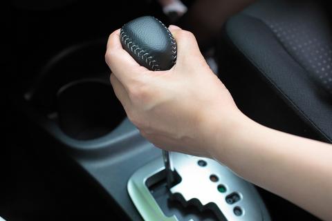 シフトノブをしっかりと確実に握る葵チャン。「さぁ出発するわよー」僕には運転させてくれないんですね・・・