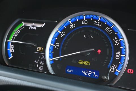 しかもハイブリッドなので、ドライブデートでの穏やかなアクセルワークなら、燃費はリッター20km近くまで伸びてしまうのです