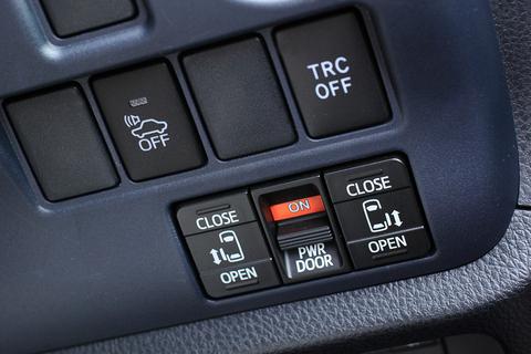 両側スライドドアの開閉は運転席から操作して、さりげなくエスコート。葵ちゃんの評価もまずまずのご様子!