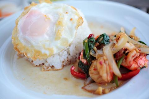 葉山のタイ料理店「Luai-Luai」のガバオ。葵ちゃんは「辛いけど美味しい!美味しいけど辛い!」