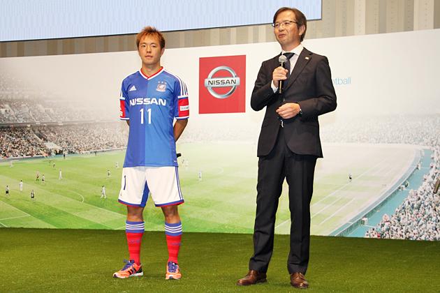 (左から)横浜 F・マリノス 斉藤学選手、横浜マリノス株式会社 嘉悦朗代表取締役社長