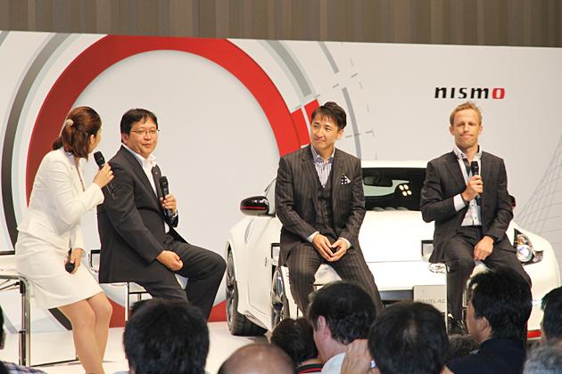 (左から)MCの佐藤恵さん、ニッサン・モータースポーツ・インターナショナル 最高執行責任者 松村基宏 氏、松田次生選手、ロニー・クインタレッリ選手