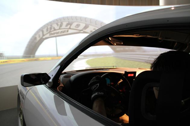 東京・赤坂にある本格レーシングシミュレータ「東京バーチャルサーキット」ドライビングの様子