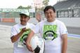 「全日本エコドライブチャンピオンシップ2014」にてマリオ高野氏と斎藤さん(青山学院)