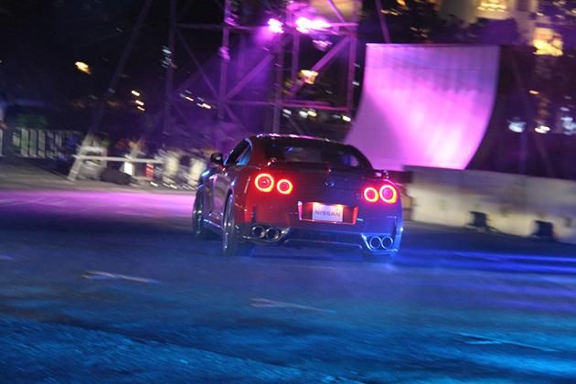 """東京モーターフェス2014/光や音の演出に加え、様々な車種のクルマ・バイクが""""踊る""""ことで来場者を魅了する「 シルク・ド・モビ・エレガンス」/日産 GT-R"""