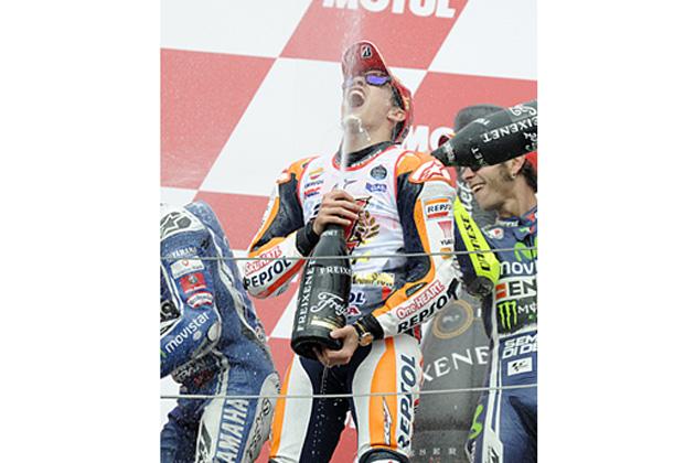 2位フィニッシュとなったマルク・マルケス選手が、シリーズチャンピオンを決め表彰台で喜ぶ様子/MotoGP 第15戦 日本グランプリ
