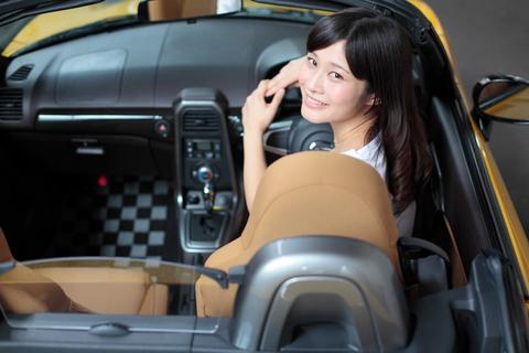 やはり、オープンカーは美人が乗ってこそ本領を発揮するのですね!