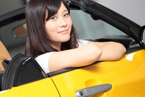 美女とオープンカー。まさに究極の美観です!