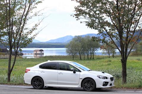「横のシルエットが特に格好いいですね」と、マユちゃんはWRX S4のサイドビューを褒めた