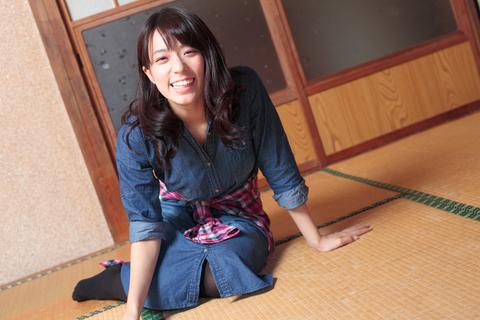 ハタチの女子ながら、昭和の民家でも違和感のない古風な美人