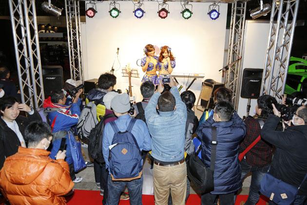 オートックワンの女医コーナーでも大活躍中の安枝瞳ちゃん/CHAPEeブース【東京オートサロン2015】