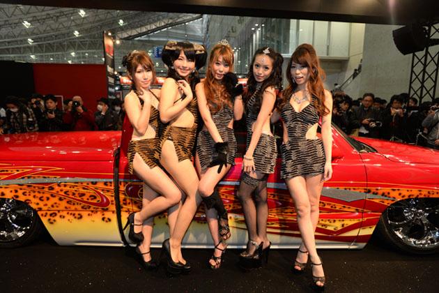 【速報!】今年もおかわり!激しい衣装で大人気のAIWAブース【東京オートサロン2015】