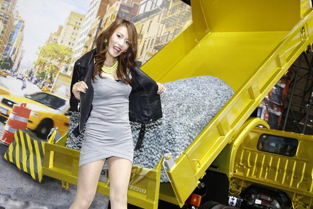 """""""トントントントン、ヒノノニトン""""CMで話題の日野自動車はトリックアートでブースを表現【東京オートサロン2015】"""