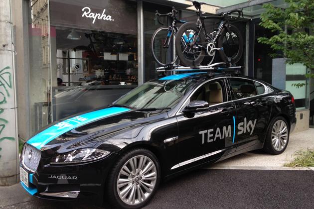 自転車プロチーム「チームスカイ(Team Sky)」専用ラッピングを施したジャガー「XF」