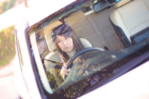 免許はないけどクルマに詳しいきじゆりチャン。運転席がサマになっている。