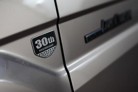 世界的超ロングセラーのランクル70なら、美女と一緒に地の果てまでドライブ可能です!