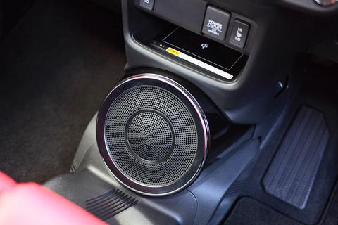 インパネ下のサブウーハーは、車載スピーカー世界シュア10%の「FOSTEX」と共同開発。