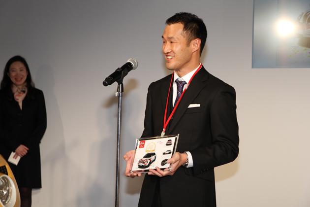グランプリに選ばれた歌舞伎の隈取柄の作品をデザインした、京都府の杉本さん