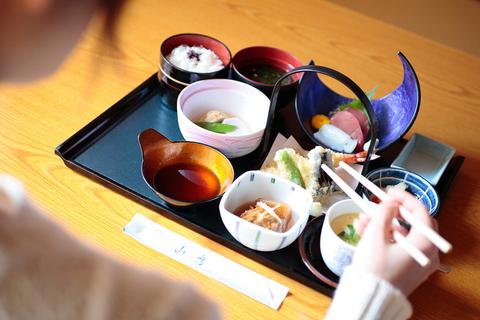 鮪と烏賊のお造り、海老と野菜の天ぷら、茶碗蒸し、焚き合わせなど、いずれも京風の繊細な味、とのこと。