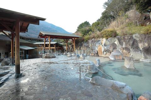 箱根外輪山・湯坂山に抱かれるような雰囲気の露天風呂。自家源泉から17種類のお風呂が用意される。