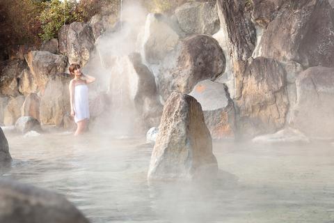 落下圧力と温泉の温熱効果で結構を活発化させる「打たせ湯」。肩こり、腰痛に効果あり。