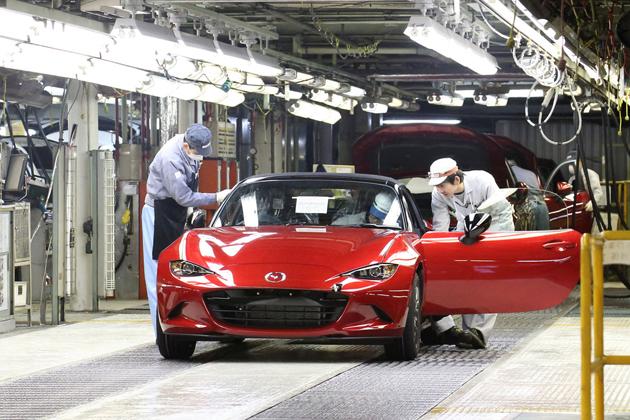 新型「マツダ ロードスター」の量産第一号車(日本仕様車)
