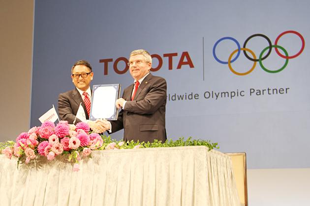 (左から)トヨタ自動車株式会社 豊田章男 代表取締役社長、国際オリンピック委員会 トーマス・バッハ 会長