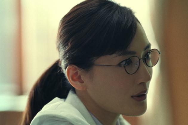 ブリヂストン、綾瀬はるかが白衣にメガネで女教授に変身! ~3/28から新CMオンエア~