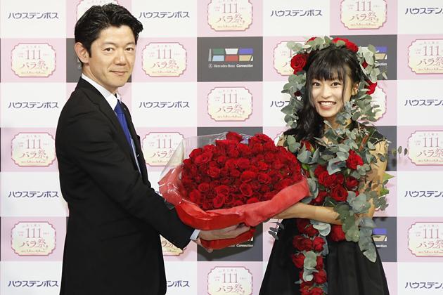 """小島瑠璃子(こじるり)が""""バラ衣装""""でメルセデス・ベンツ コネクションに登場!!"""