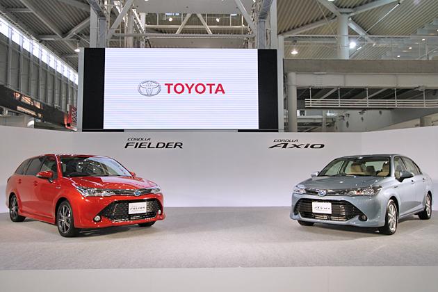 (左から)トヨタ 新型カローラフィールダー/新型カローラアクシオ
