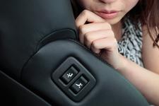 厚みのあるゴージャスなフロントシートは電動調整式。上級グレードは8ウェイ調節