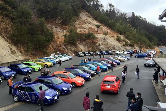 色とりどりの欧州フォード車が並んだ会場風景