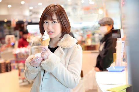 「可愛い彼女とパーキングエリアでソフトクリーム」これぞ至福のひととき!