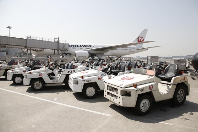 【はたらくクルマ】トーイングトラクター ~JALの定時運行を支える、空港のはたらくクルマ Vol.2~