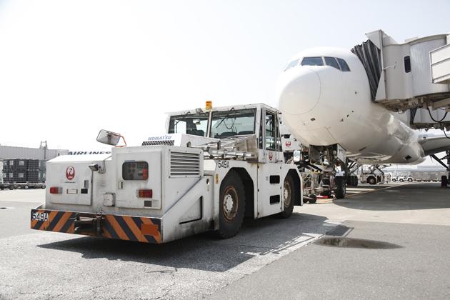 【はたらくクルマ】パッセンジャーステップ ~JALの定時運行を支える、空港のはたらくクルマ Vol.3~