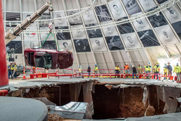 ナショナル・コルベット・ミュージアムの床が陥落