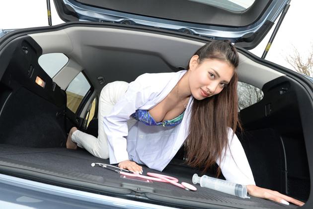 美女×スポーツカー「スバルレヴォーグ」青山めぐさん