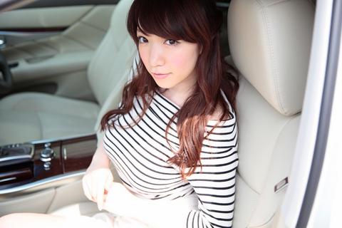 22歳ながら高級車の助手席を〝着こなす〟エレガントな佇まいのあいりん。