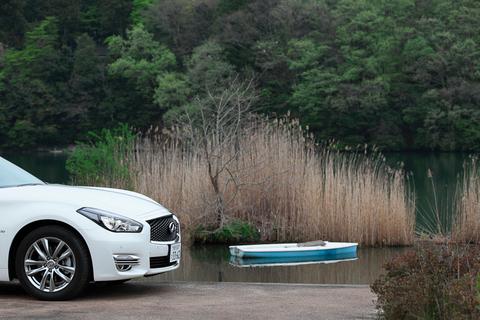 湖でボートに……乗るのは危ないので、フーガハイブリッドでさらに寛ぎます。