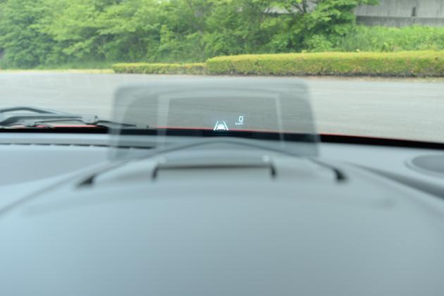 マツダ車に装着されているヘッドアップディスプレイ