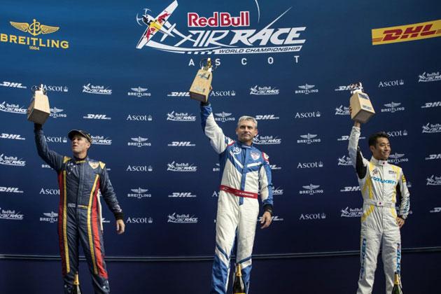 表彰式の様子(右:室屋選手)/「Red Bull Air Race World Championship」第5戦