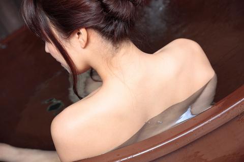 うなじと背中の美しさが際立つ、温泉の魔力に感謝!