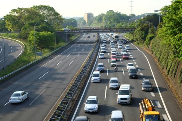 高速道路の逆走車や歩行者の立ち入りが減らない理由は?