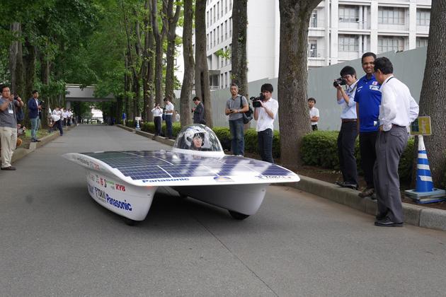 新型ソーラーカー試走。東海大学で行われたWSC 2015参戦発表会。