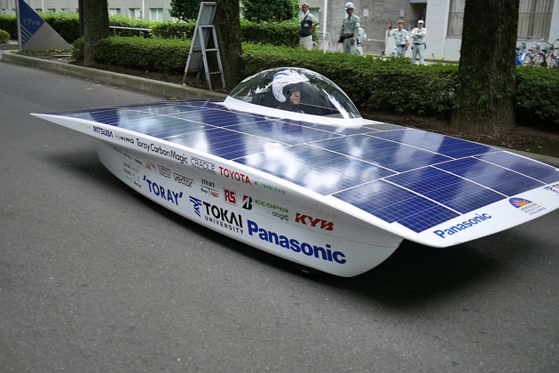 パナソニック太陽電池モジュールHITとリチウムイオン電池を搭載した東海大学の新型ソーラーカー。