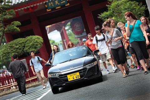 ニッポン製ならではの小さなスポーツカーに、観光客も興味津々の様子。その姿を見ながら、タカノは日本人としてなんだか誇らしい。