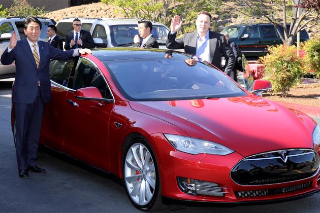 安倍総理、テスラ本社を表敬訪問し、CEOのイーロン マスクの運転でモデルS P85Dを体験