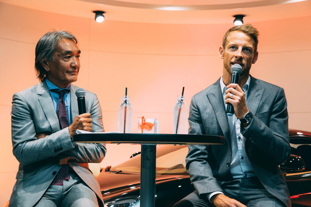 (左から)株式会社カーグラフィック 代表取締役社長 加藤哲也氏、ジェンソン・バトン選手