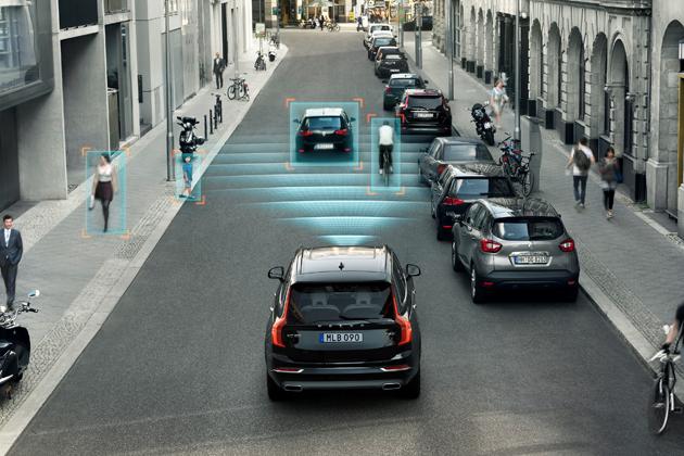 ボルボ 新型XC90 高度なRaCam(レーダーカメラ)技術を使って、車両の衝突回避機能に加え、歩行者、サイクリストのような交通弱者等を広範囲にわたって検知